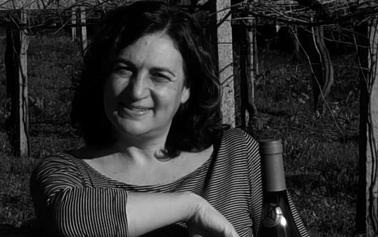Natalia de Bodegas Corisca posa en el viñedo