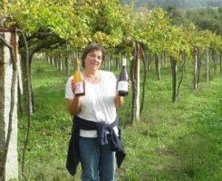 Begoña Troncoso, propietaria de Xangall con sus dos vinos monovarietales de albariño