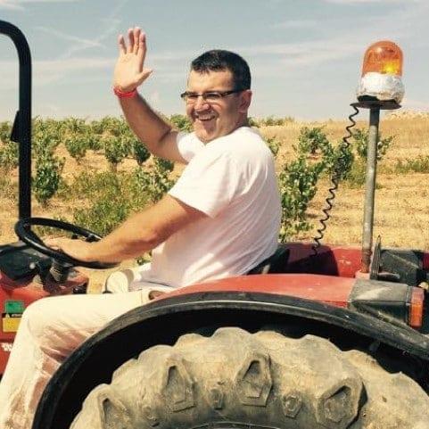 rafa de vino sexto elemento saluda desde el tractor