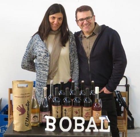 Rafa y Silvia de Vino Sexto Elemento con todos sus vinos en una feria.